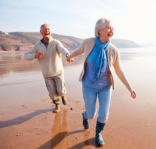 Stariji par na plaži