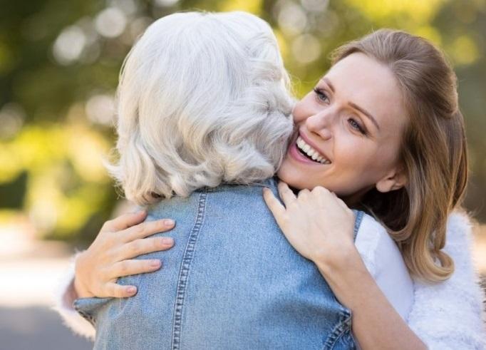 zagrljaj sa starijom osobom