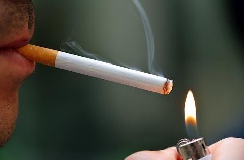 Pušač pali cigaretu