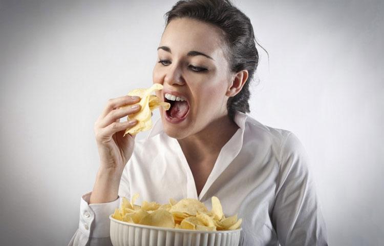 Devojka jede čips