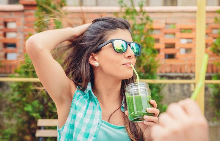 Devojka pije sok od kupusa