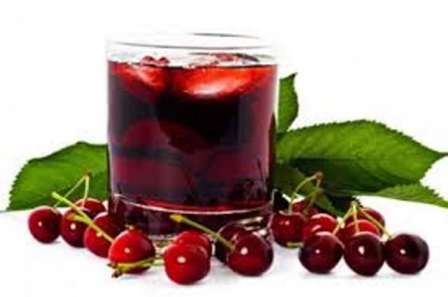 Trešnje i sok u čaši