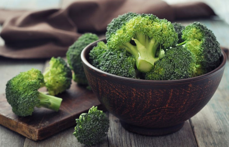 Brokoli u posudi na stolu