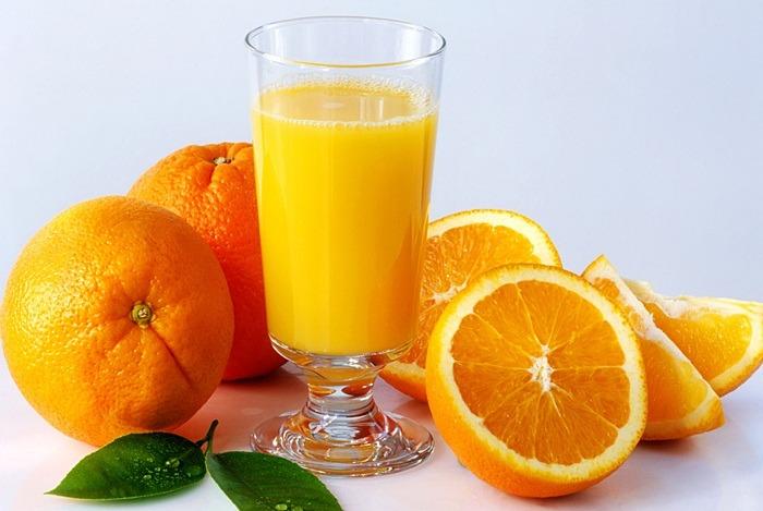 Sok od narandže u čaši