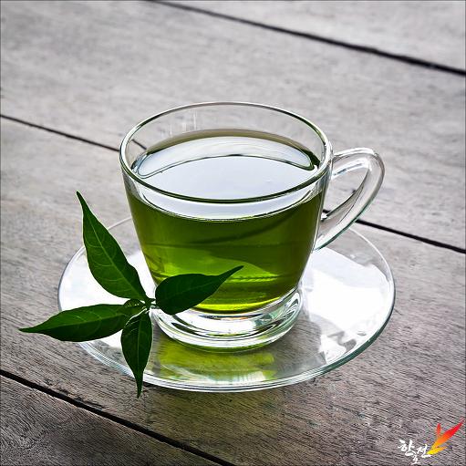 Šolja zelenog čaja na tacni