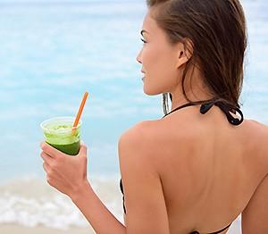 Devojka u bikiniju sa sokom