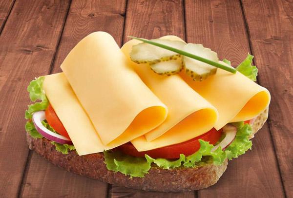 Sir u listićima na hlebu