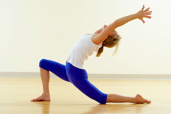 Devojka vežba jogu