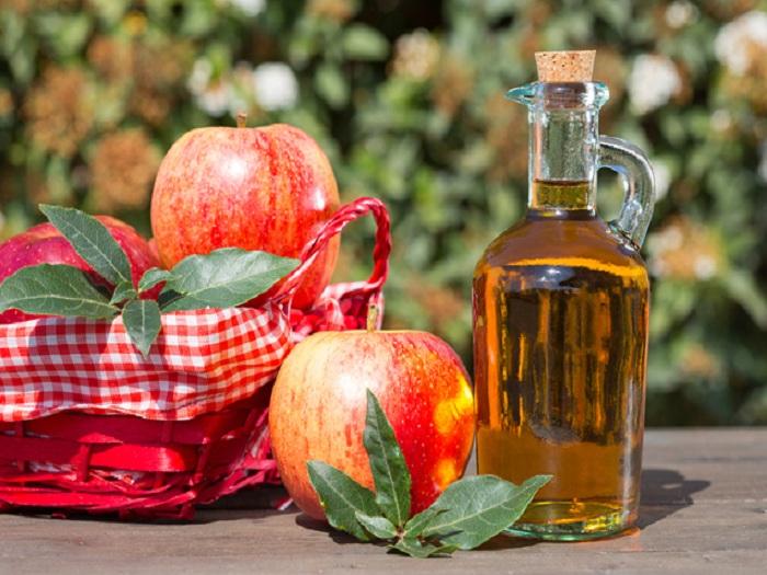 Jabukovo sirće i jabuke u posudi