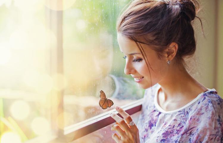 Devojka i lepti na prozoru