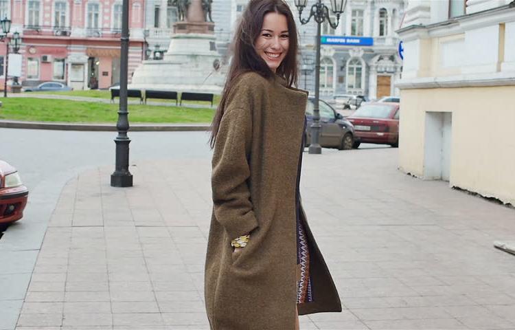 Srecna devojka u kaputu