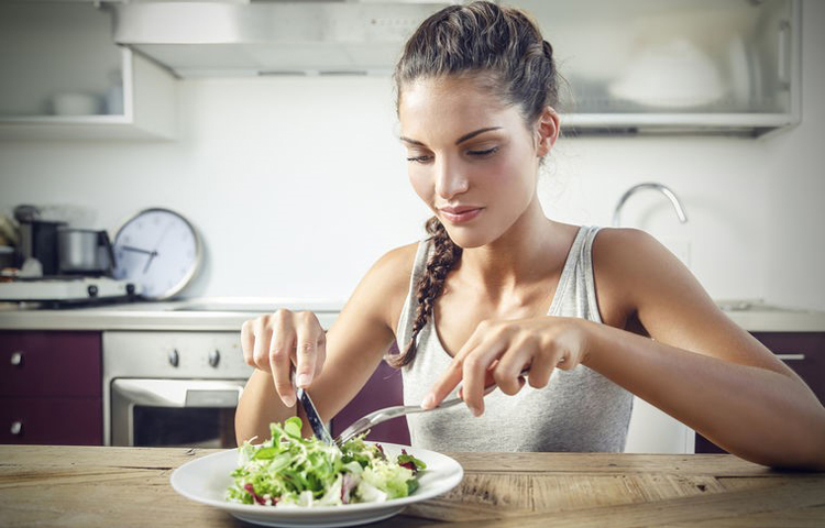 Devojka jede salatu