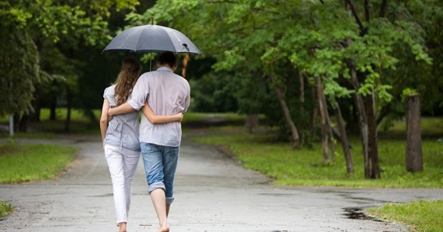 Zaljubljen par pod kišobranom