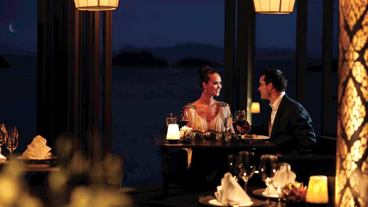 Elegantan par u restoranu
