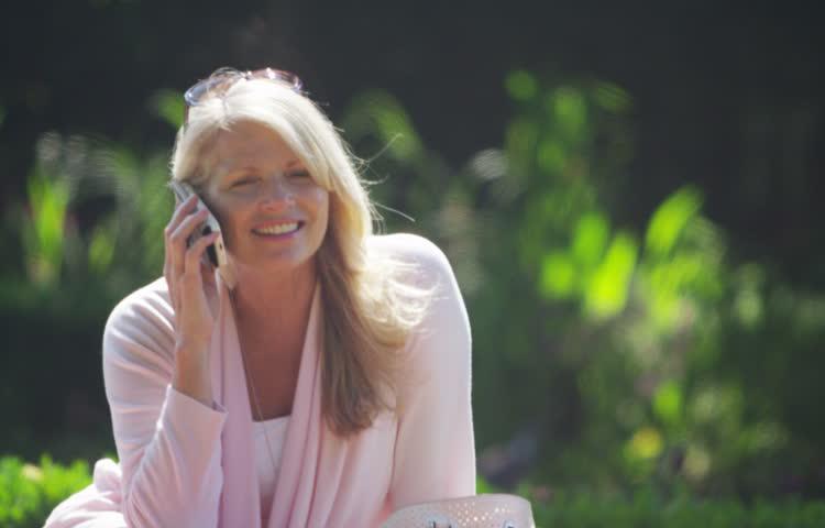 Žena priča mobilnim