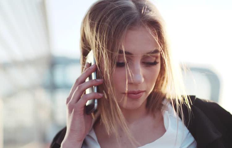 Devojka sluša mobilni