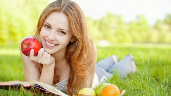 Devojka s jabukom