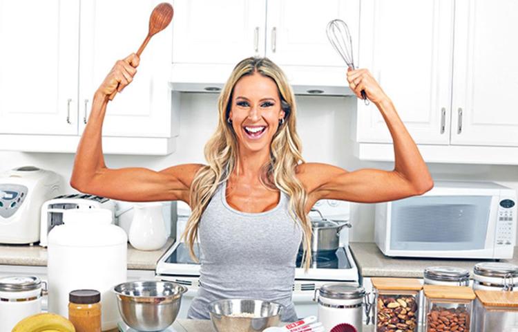 Devojka u kuhinji