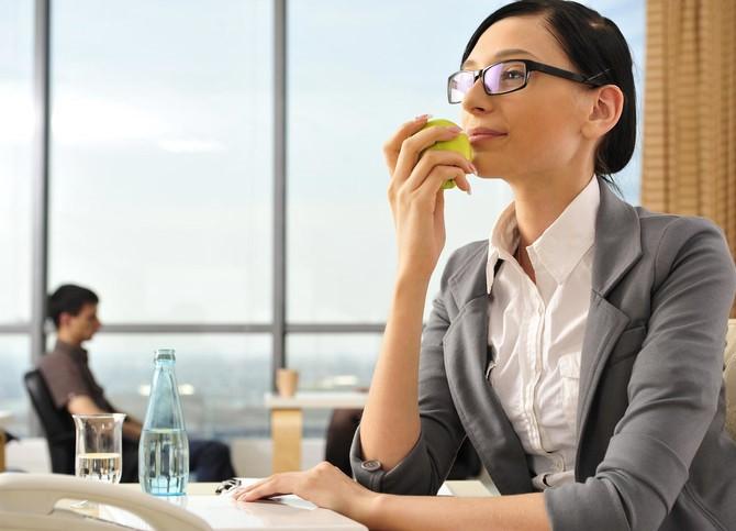 Devojka jede jabuku